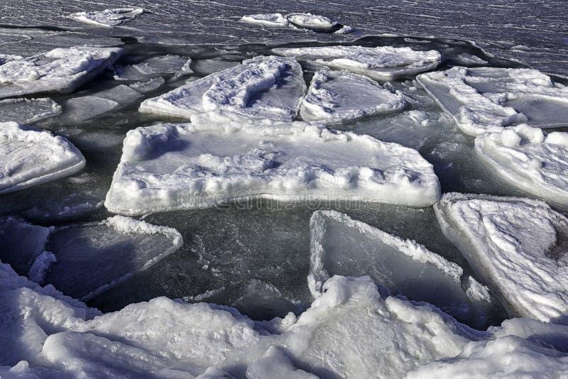 Gelo de derretimento Crashed perto do litoral imagem de stock royalty free