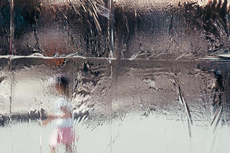 Gelo di fusione bagnato sulla finestra con fondo vago fotografie stock libere da diritti