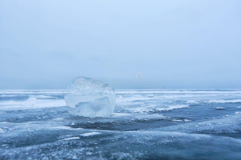 Gelo do lago Baikal no céu azul imagens de stock royalty free