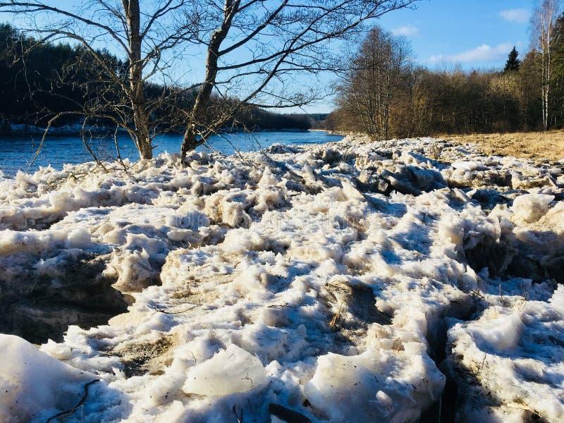Gelo do rio de Neris quebrado em um banco imagem de stock royalty free