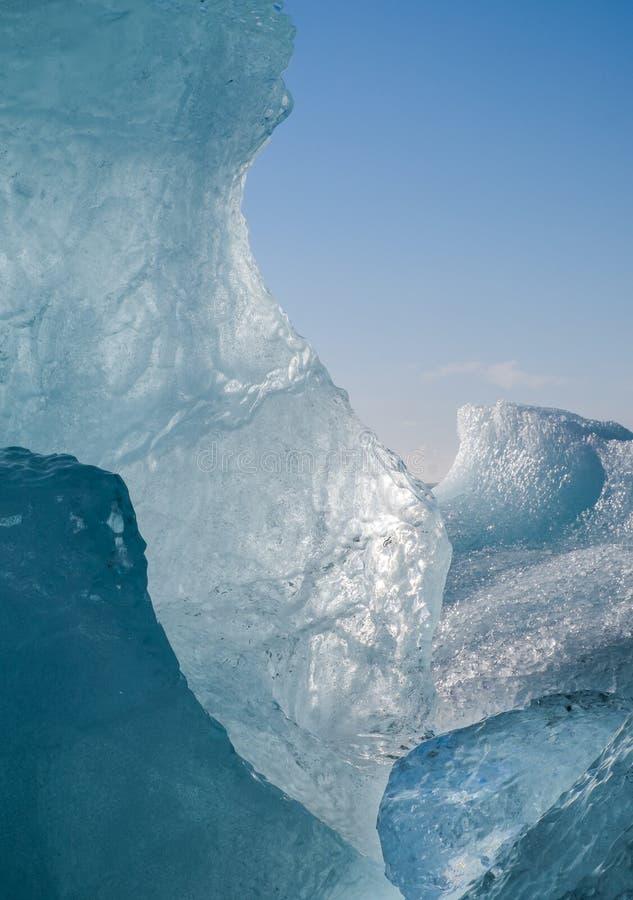 Gelo e céu azuis no sul de Islândia fotografia de stock royalty free