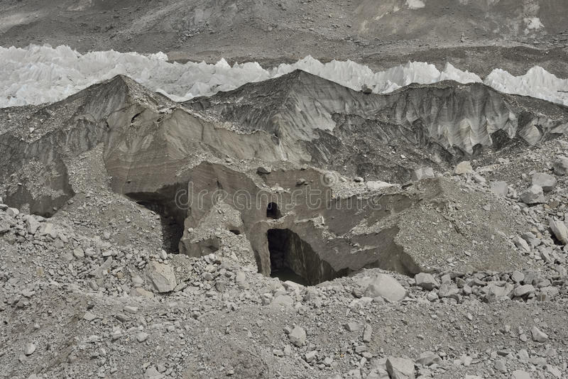 Gelo e pedras do vale profundo da geleira de Khumbu do acampamento base de Everest, Himalaya nepal imagem de stock