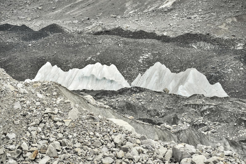 Gelo e pedras do vale profundo da geleira de Khumbu do acampamento base de Everest, Himalaya nepal imagens de stock royalty free