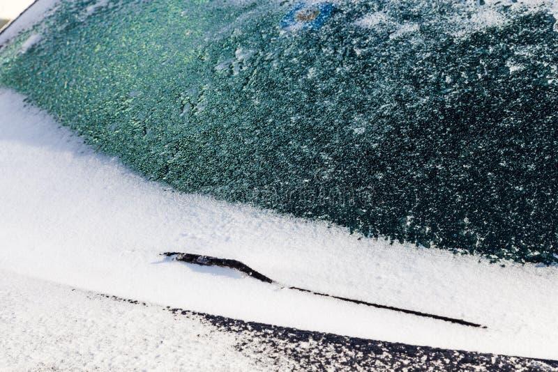 Gelo e tampas de neve para-brisa e limpador de pára-brisas foto de stock royalty free