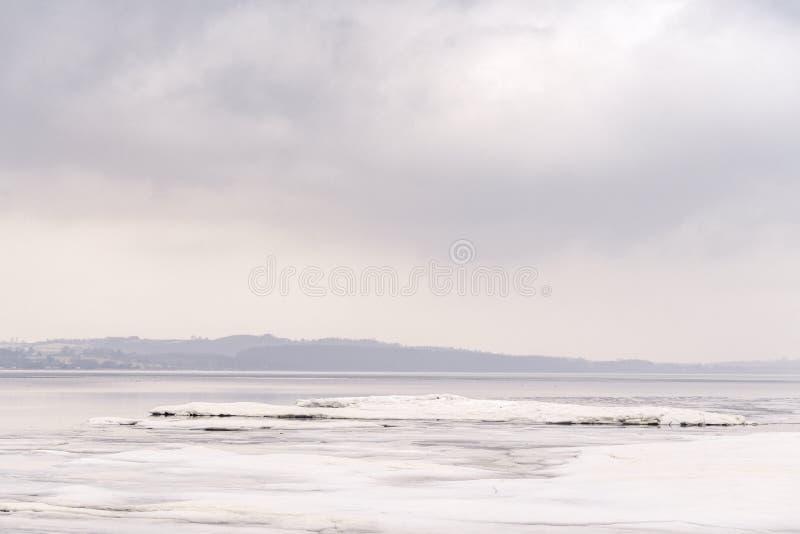 Gelo em um lago congelado no inverno fotografia de stock