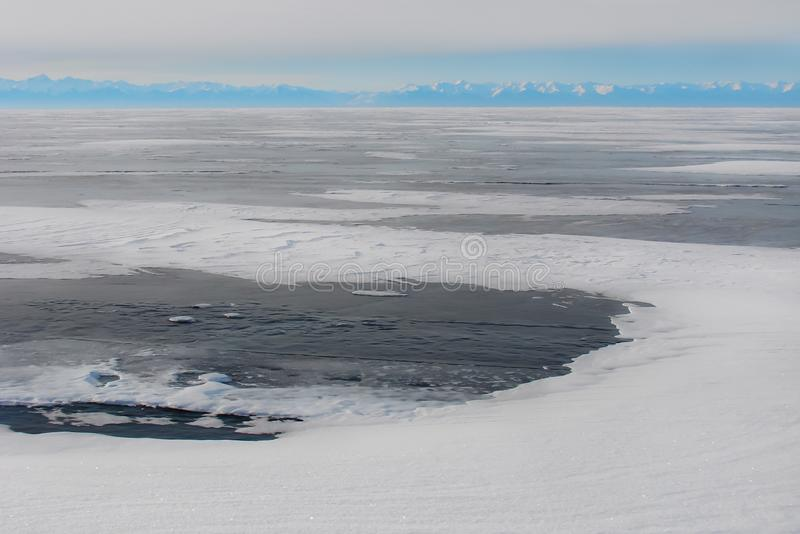 gelo Escuro-azul no lago congelado, paisagem ártica foto de stock royalty free