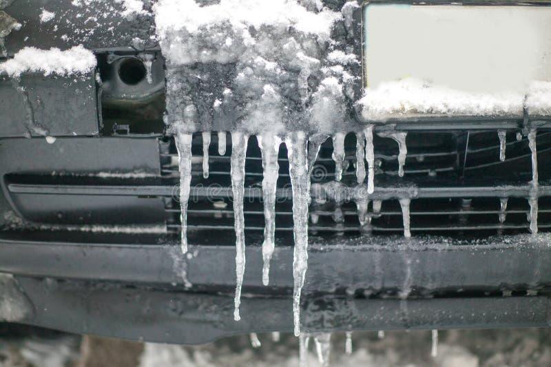 Gelo no carro no inverno, carro congelado imagem de stock royalty free