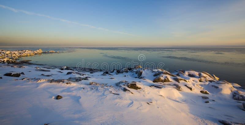 Gelo, pedra, e superior de lago december fotografia de stock