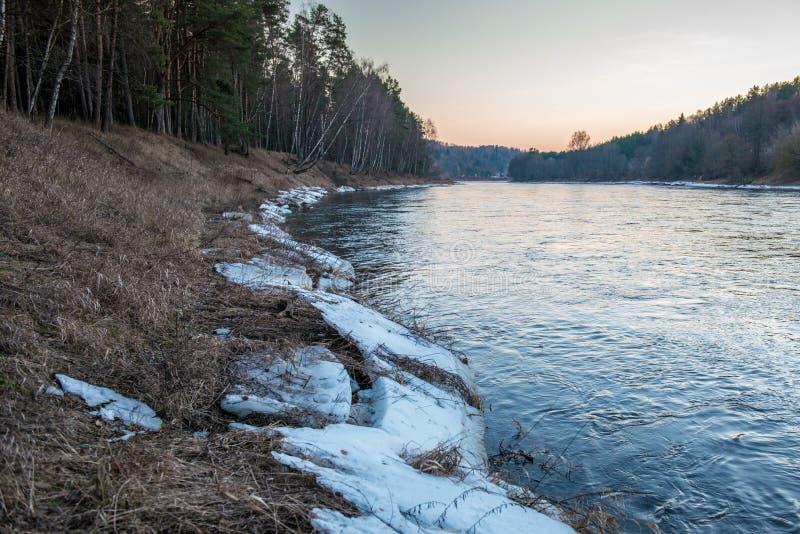 Gelo perto do rio, gelo na faixa do rio na primavera fotos de stock
