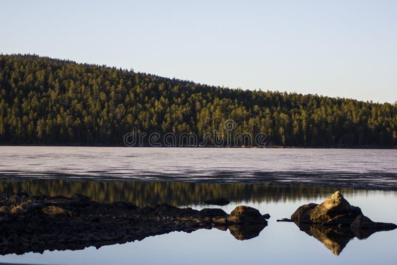 Gelo que derrete em Lapland imagem de stock