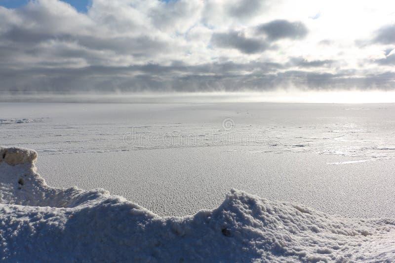 Gelo que forma no rio, reservatório de Ob, Sibéria, Rússia foto de stock royalty free