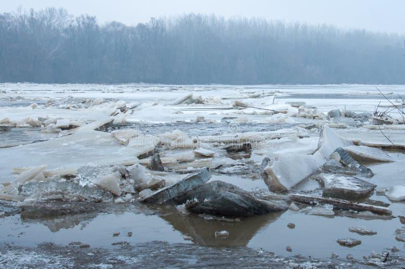 Gelo que quebra no lago imagens de stock royalty free