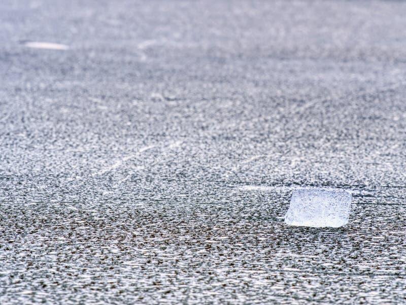 Gelo rachado da geleira no detalhe do close-up Estrutura do teste padrão do gelo natural com baackground natural foto de stock royalty free