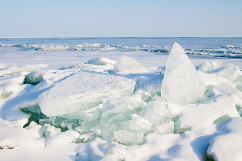 Gelo rachado no lago fotografia de stock