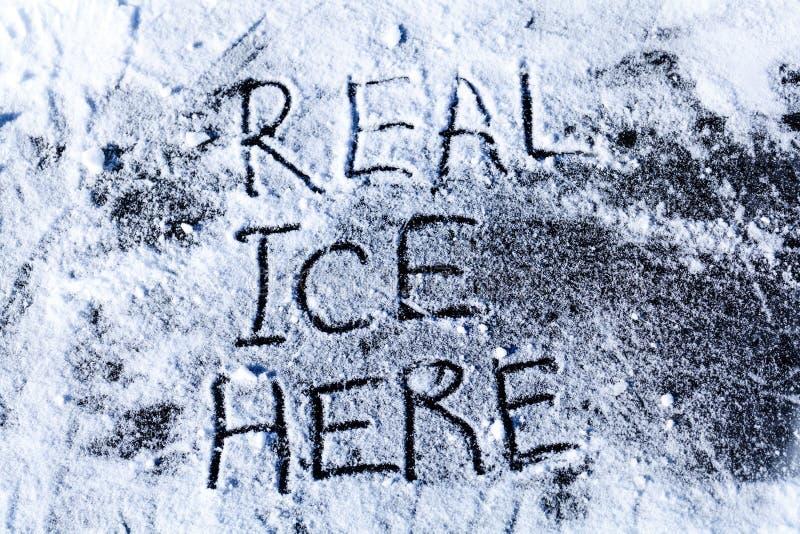 Gelo real aqui - a inscrição no gelo fotografia de stock