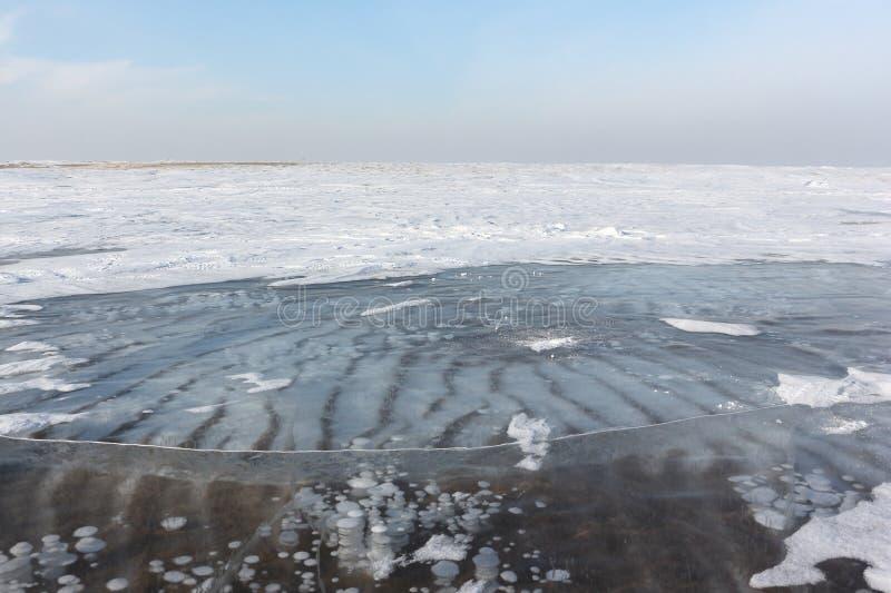 Gelo transparente no rio, reservatório de Ob, Sibéria, Rússia imagem de stock royalty free