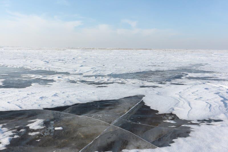 Gelo transparente no rio, reservatório de Ob, Sibéria, Rússia imagens de stock royalty free