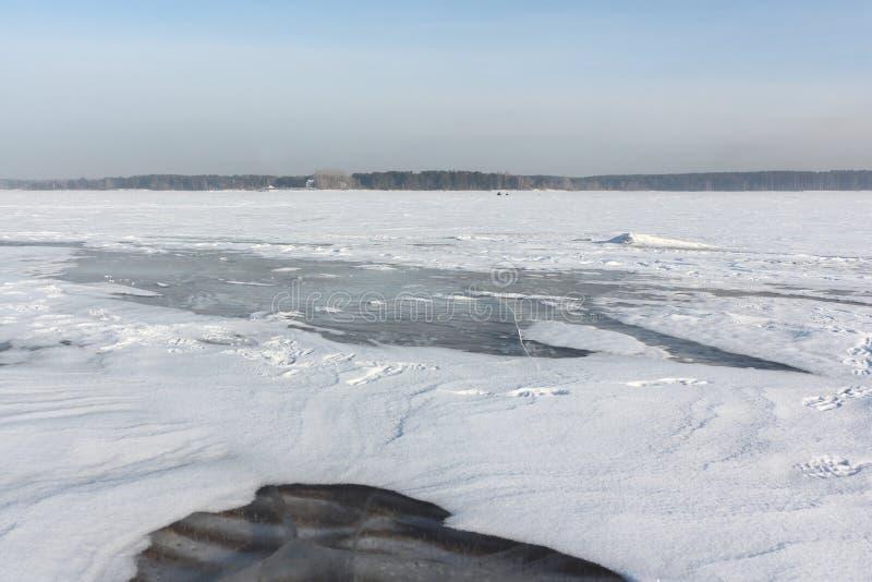 Gelo transparente no rio, reservatório de Ob, Sibéria, Rússia imagens de stock