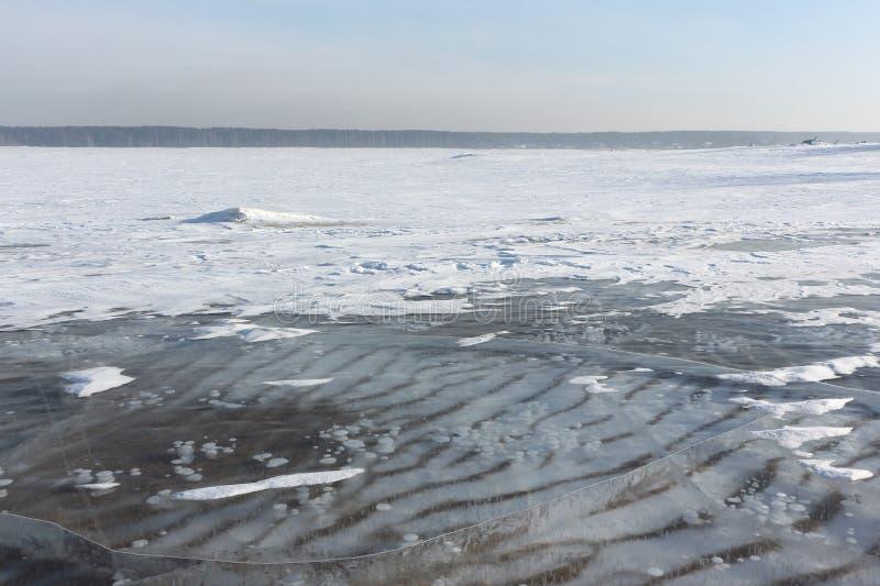 Gelo transparente no rio, reservatório de Ob, Sibéria, Rússia fotos de stock