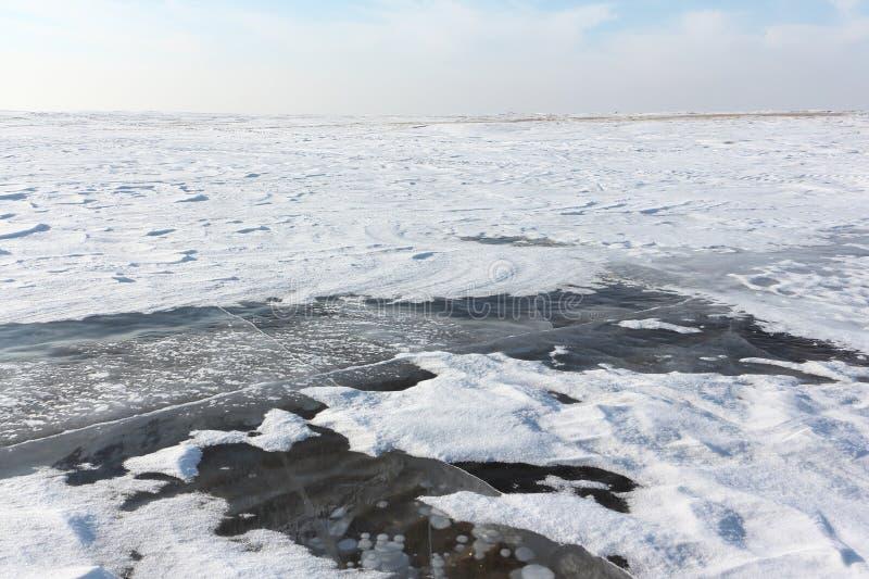 Gelo transparente no rio, reservatório de Ob, Sibéria, Rússia foto de stock royalty free