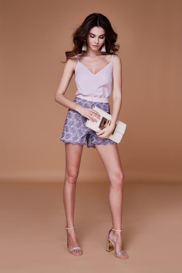 Gelockte Abnutzungsflieder der sexy Schönheitsmode-modell Brunettefrisur SH stockfotografie