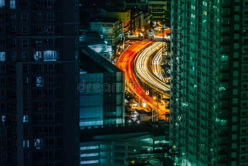 Gelockte Straße unter Wolkenkratzern lizenzfreies stockfoto