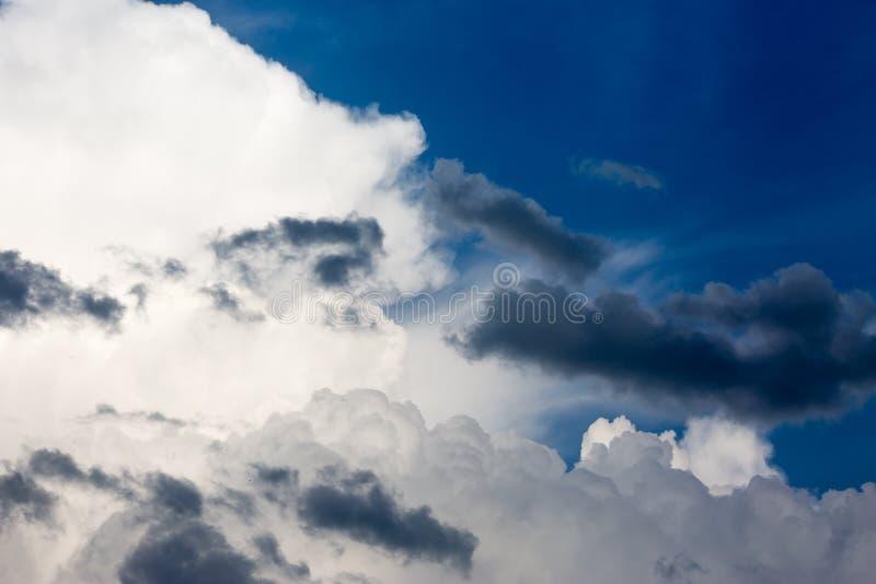 Gelockte volumetrische Wolken auf blauem Himmel stockbild