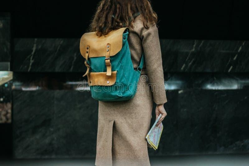 Gelockter roter Hauptmädchenreisender der jungen Frau mit Rucksack und Karte in der U-Bahnstation lizenzfreie stockfotos