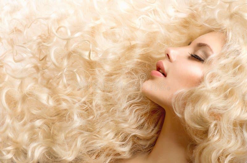 Gelocktes blondes Haar lizenzfreie stockfotos