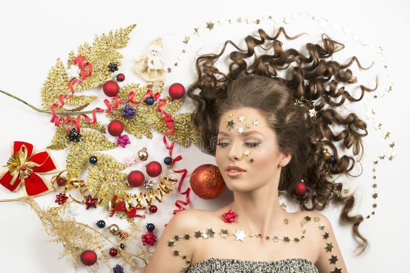 Gelocktes Mädchen im Weihnachtswinterporträt stockbilder
