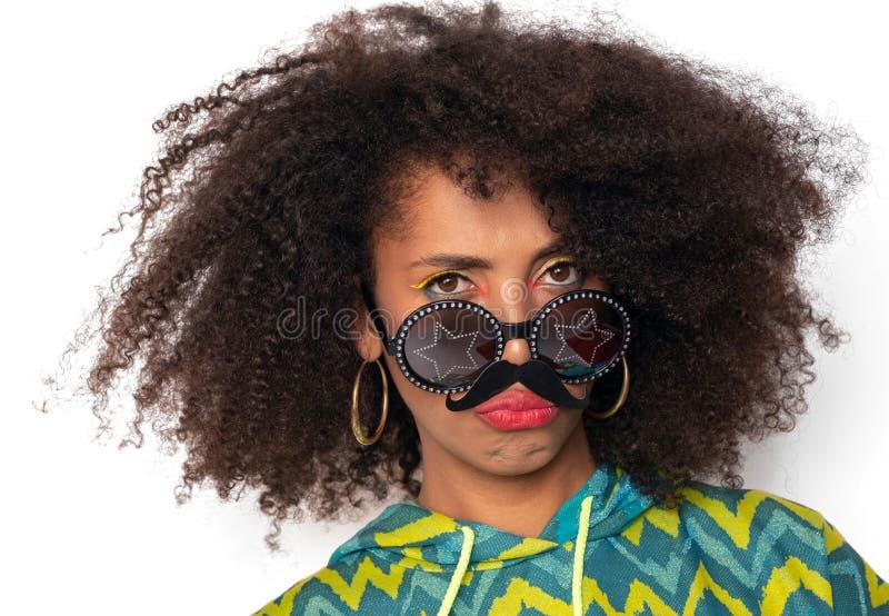 Gelocktes Mädchen mit dem Pappschnurrbart lizenzfreie stockfotografie