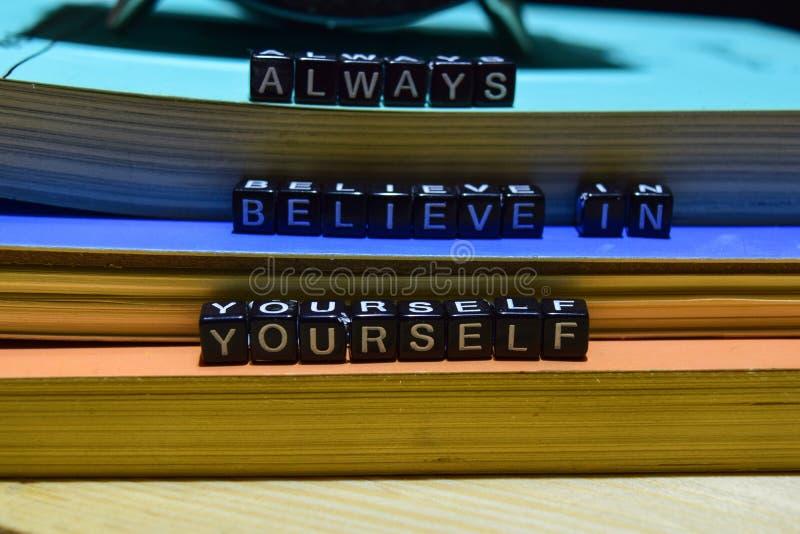 Geloof altijd in zich geschreven op houten blokken Het bedrijfsconcept van het onderwijs en stock fotografie