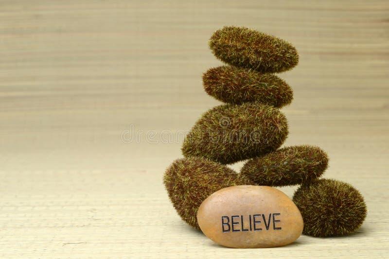 Geloof de steen met mos rotsen behandelde stock afbeeldingen