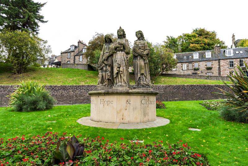 Geloof, Hoop en Liefdadigheidsheiligenstandbeelden voor Ness Bank Church, Inverness, Schotland stock foto