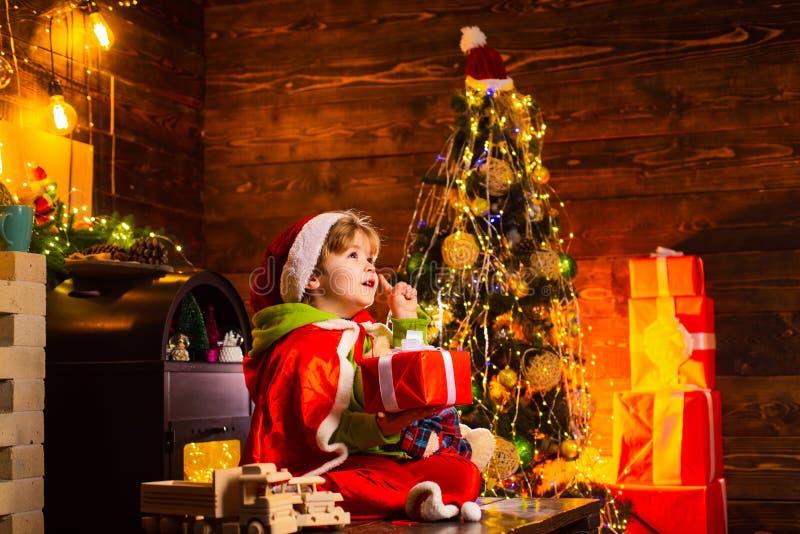 Geloof in Kerstmismirakel Wens om de Kerstman te ontmoeten De vakantie van de winter Gelukkige kinderjaren Vrolijke Kerstmis en G stock foto's