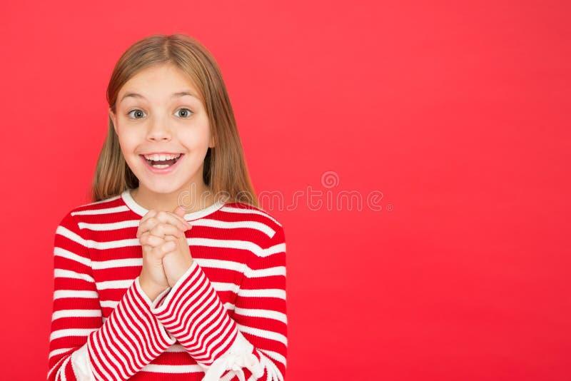 Geloof in mirakel Het kindmeisje die haar wens dromen komt waar Het mirakel gebeurt Meisje het glimlachen hoogtepunt van hoop Mij stock afbeelding