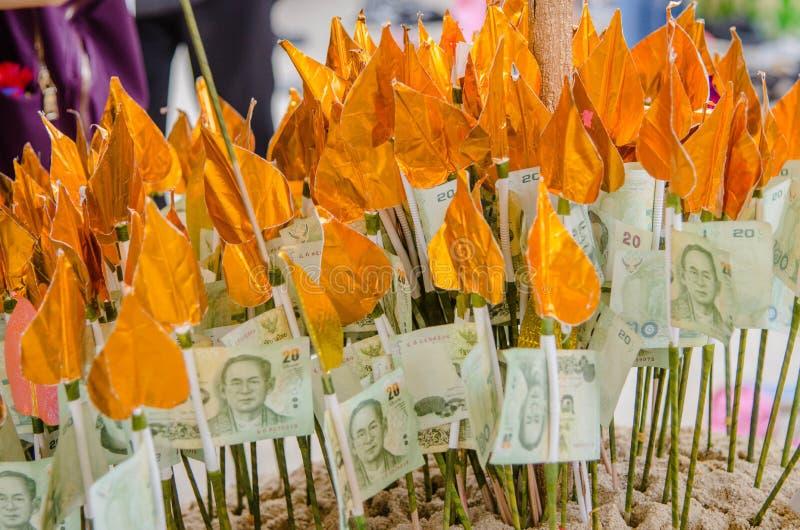Geloof van Thaise mensen met schenking wat geld in de temperaturen royalty-vrije stock fotografie