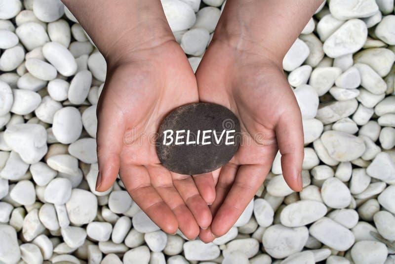 Geloof woord in steen op hand royalty-vrije stock foto's