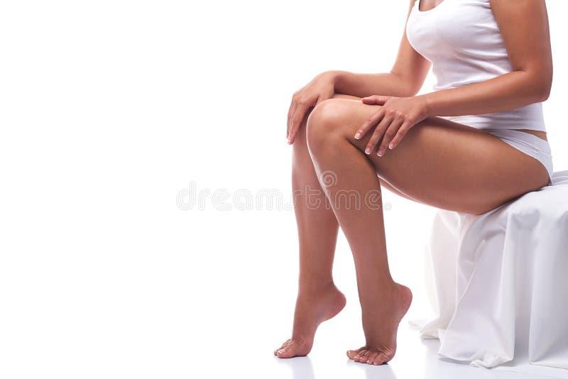 Gelooid die meisjes` s lichaam op witte achtergrond wordt geïsoleerd stock afbeelding