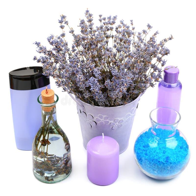 Gels de lavande, shampooings, sel et bougies parfumées d'isolement sur le wh photo stock