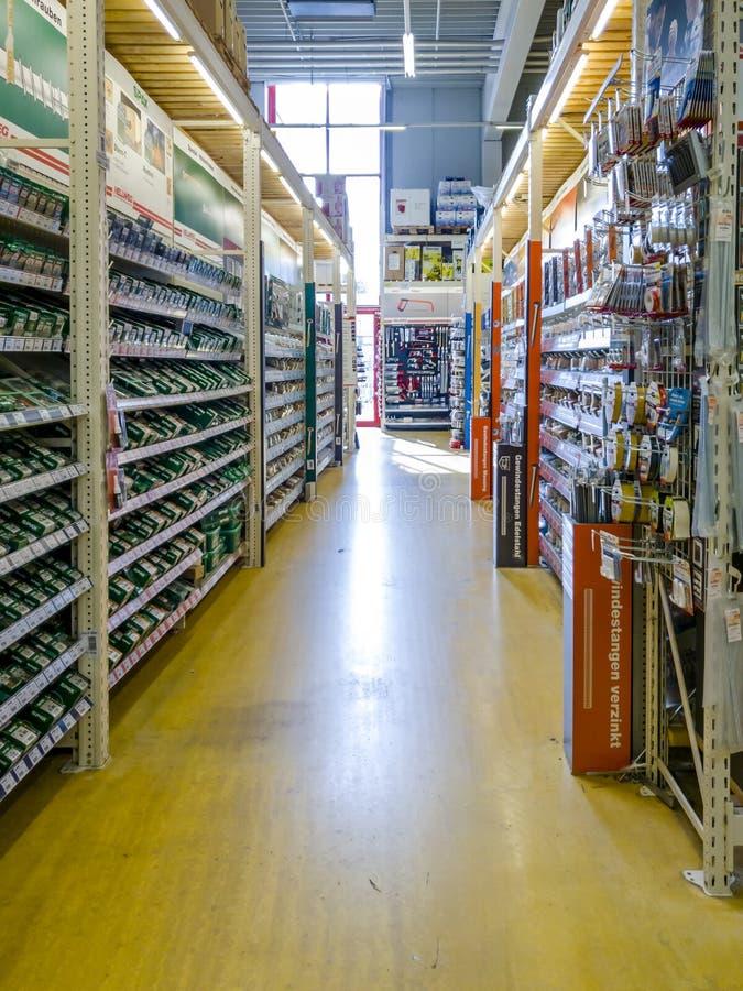 Gelsenkirchen, Alemanha - 7 de setembro de 2018: Ideia interna de um warehosue alemão de DIY imagens de stock