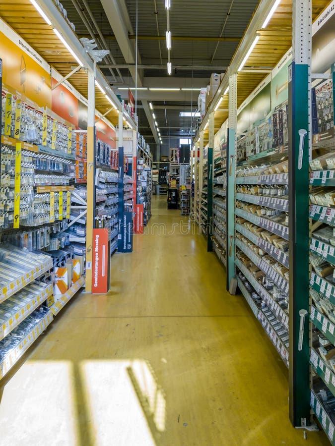 Gelsenkirchen, Alemanha - 7 de setembro de 2018: Ideia interna de um warehosue alemão de DIY imagem de stock