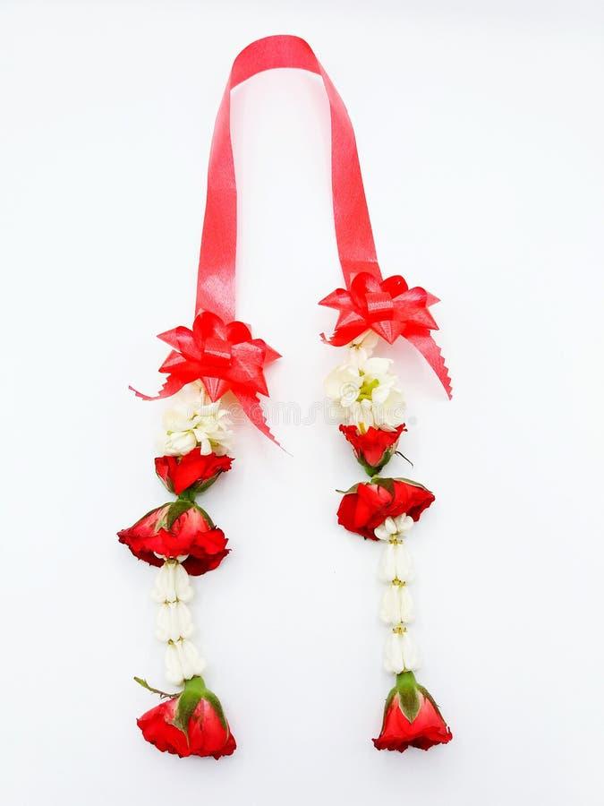 Gelsomini con le rose rosse e la ghirlanda del nastro fotografia stock libera da diritti