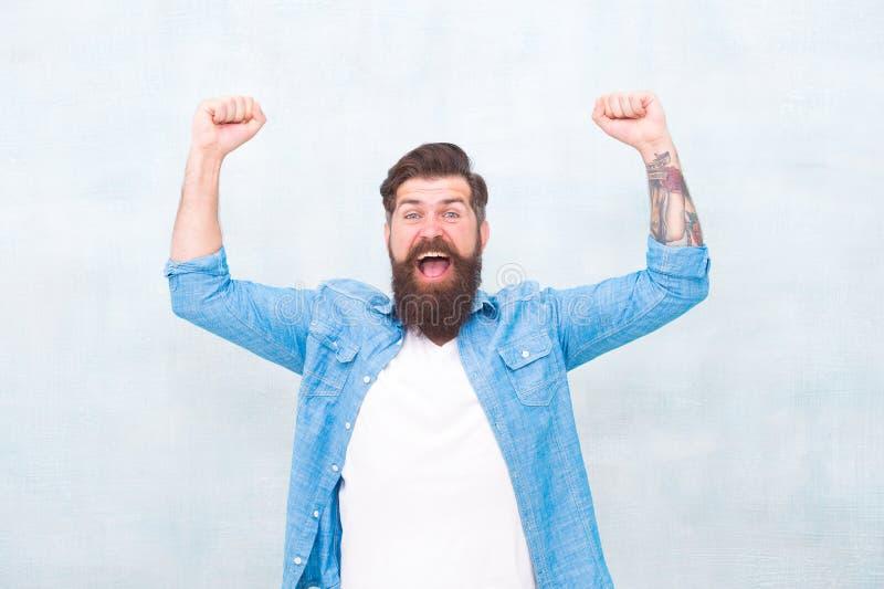 Geluk en vreugde Hipster met baard en snor gelukkige uitdrukking Brutale knappe hipstermens op grijze muurachtergrond royalty-vrije stock afbeelding