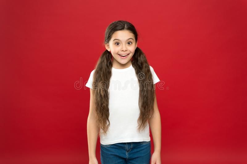 Geluk en vreugde Positieve emoties Kinderverzorging en opvoeding Jong geitje die het leuke gezichts levende onbezorgde gelukkige  royalty-vrije stock fotografie