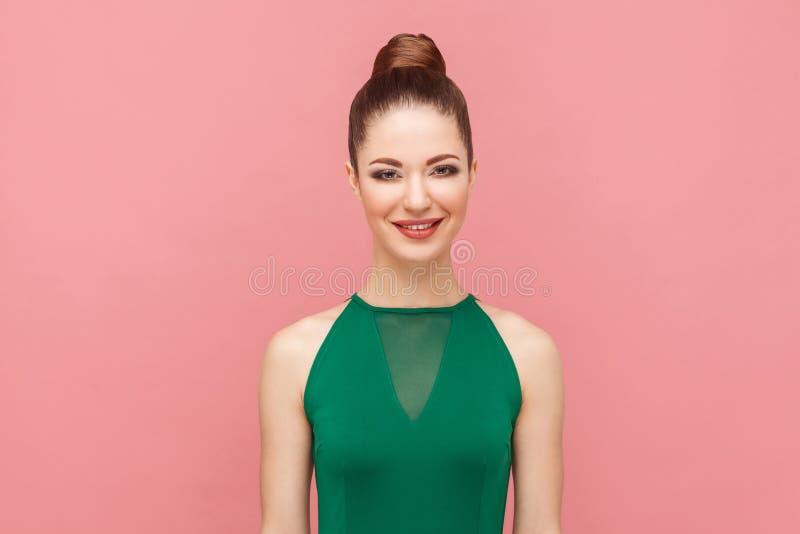 Geluk het mooie vrouw toothy glimlachen bij camera royalty-vrije stock afbeelding