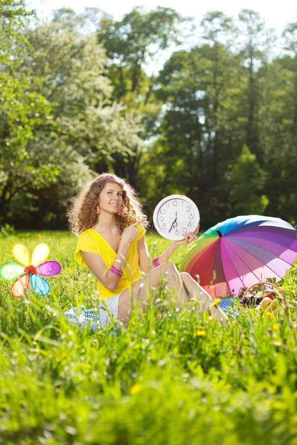 Geluk jonge vrouw bij een picknick in het park stock foto's