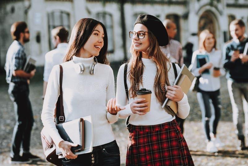 geluk Koffie meisjes gelukkig samen student stock fotografie