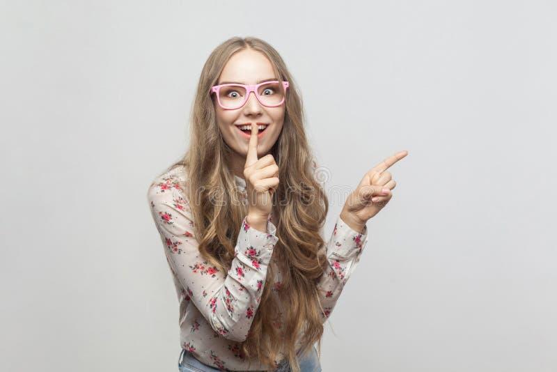 Geluk mooi jong meisje, die vinger tonen bij exemplaarruimte en stock fotografie