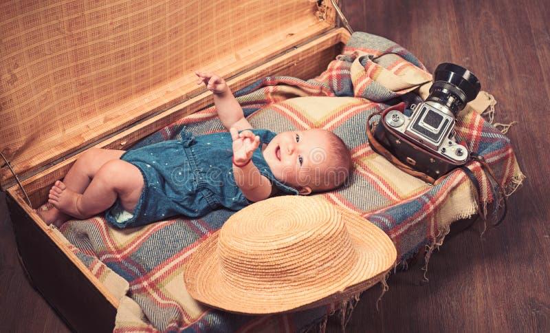 geluk Snoepje weinig baby Het nieuwe leven en geboorte Klein meisje in koffer Het reizen en avontuur Familie Kinderverzorging royalty-vrije stock afbeeldingen